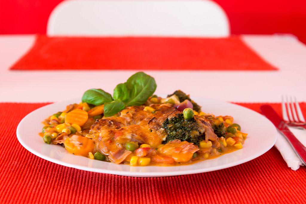 Gemüseauflauf mit Spiralen und Käse überbacken