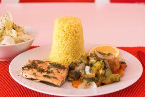 Wildlachs mit Gemüse und Curryreistürmchen
