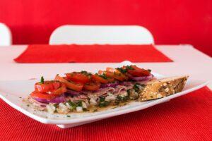 Mozzarella mit Schinken und Paradeiser