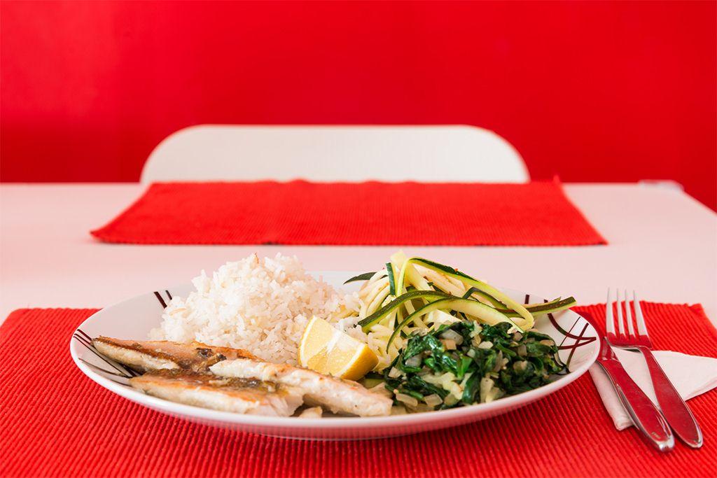 Zander mit Zucchinispaghetti und Blattspinat
