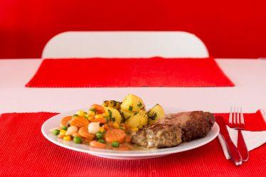 Fleischlaibchen mit Gemüse und Petersilienerdäpfel