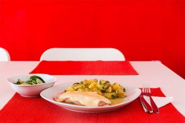 Putenschnitzel mit Käse und Schinken überbacken und Petersilienerdäpfel