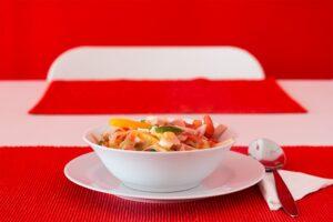 Wurstsalat mit Paprika und Ei