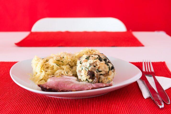 Geselchtes mit Sauerkraut und Knödel