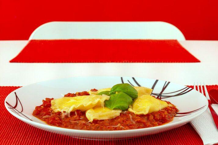 Ricotta Ravioli in Tomaten-Pesto Sauce