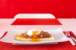 Spargel mit Paradeiser-Vinaigrette und pochiertem Ei